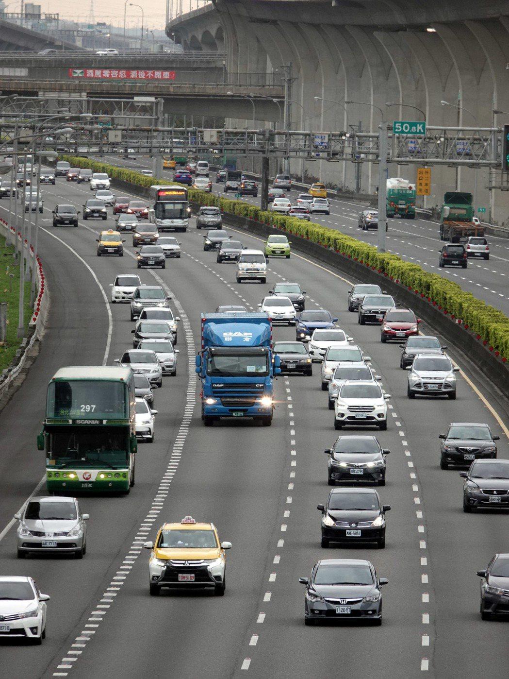 高公局發布「國道主線實施開放路肩作業規定」。記者邱德祥/攝影