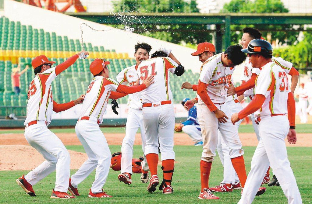 ,大陸棒球協會今天致電中華棒協,表達參加6搶1意願不變,但會排除封城的球員。 聯