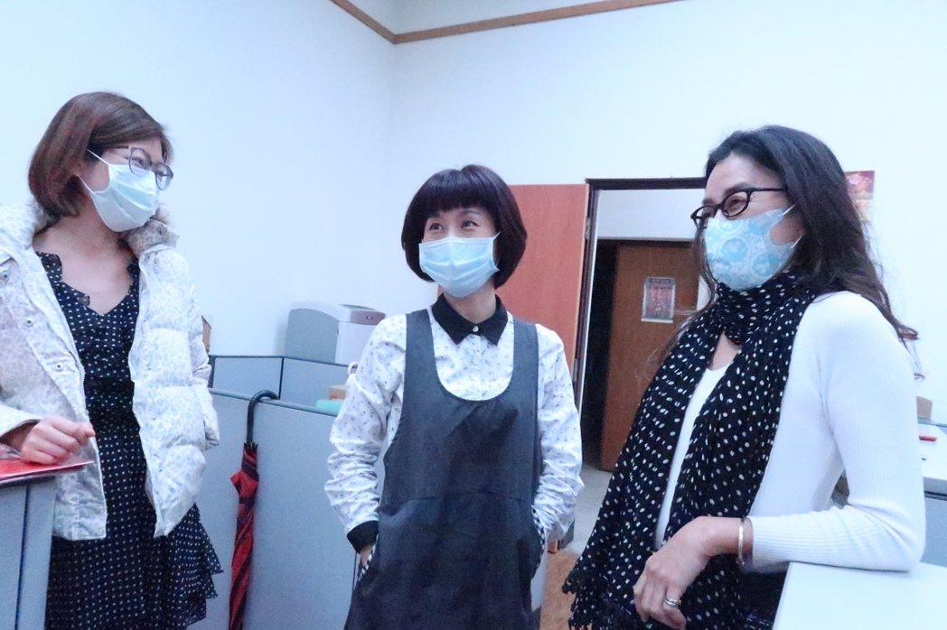戴著口罩的日常生活,交談也儘量保持安全距離。 記者徐如宜/攝影