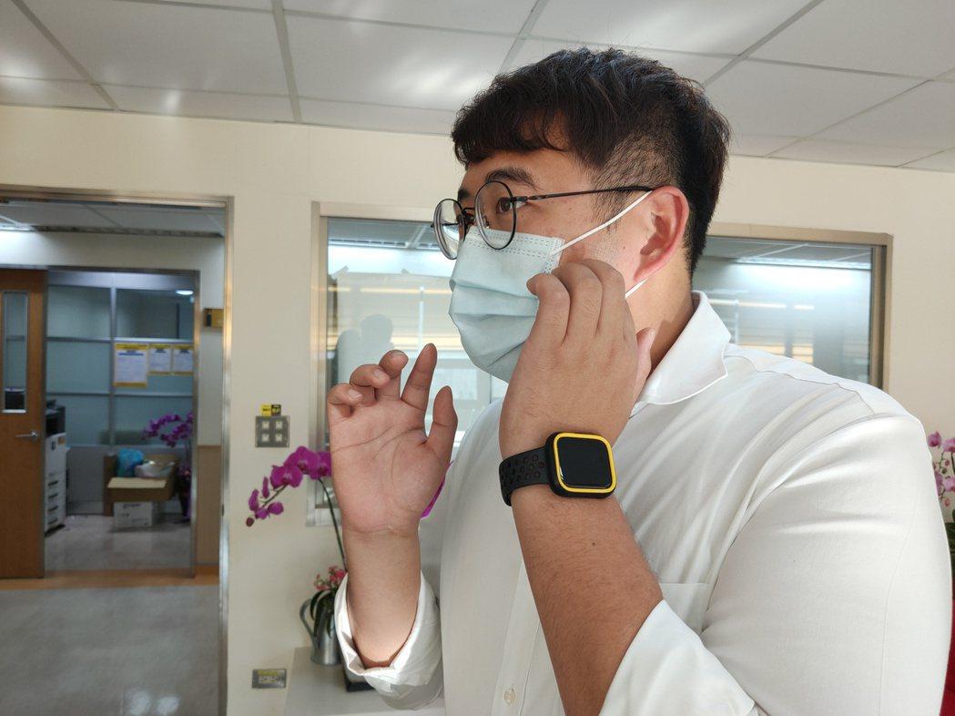 皮膚科醫師建議,如有過敏體質者,說話時噴出的熱氣,會讓口罩與皮膚間變得濕與悶,除...
