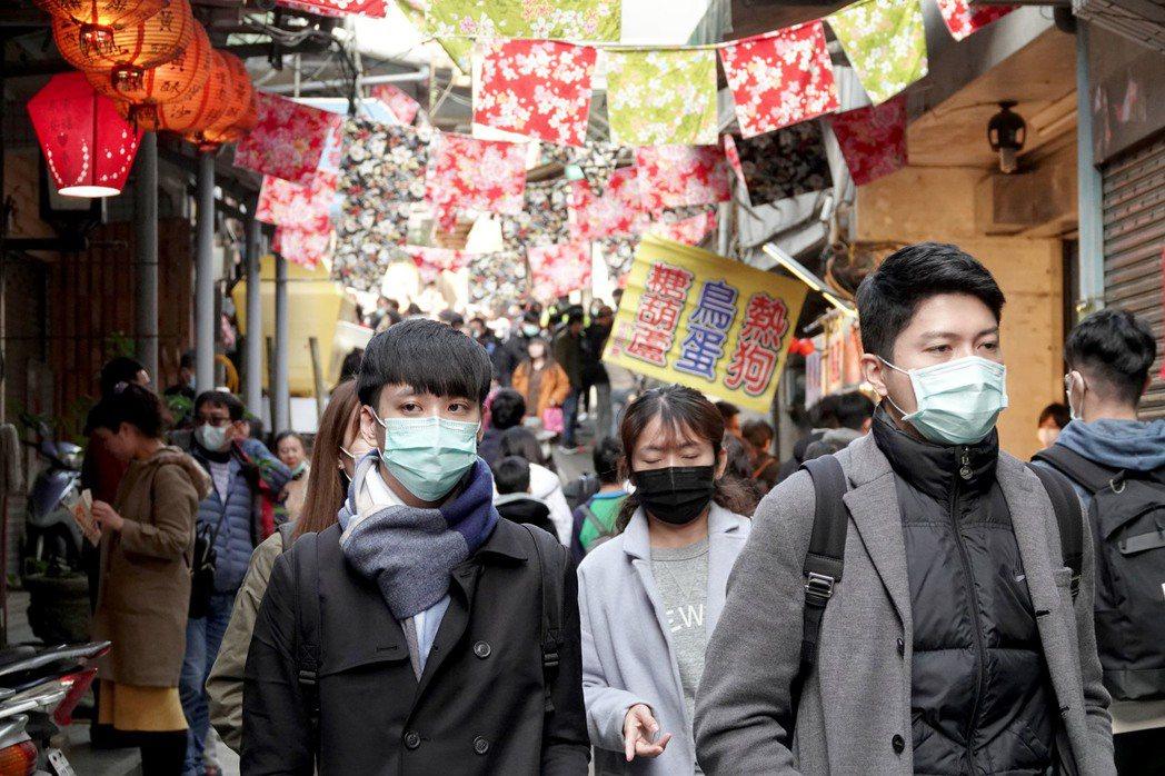 隨著近年台灣各地季節性空氣品質不佳,許多人出門都會戴上口罩自保。 圖/聯合報系資...