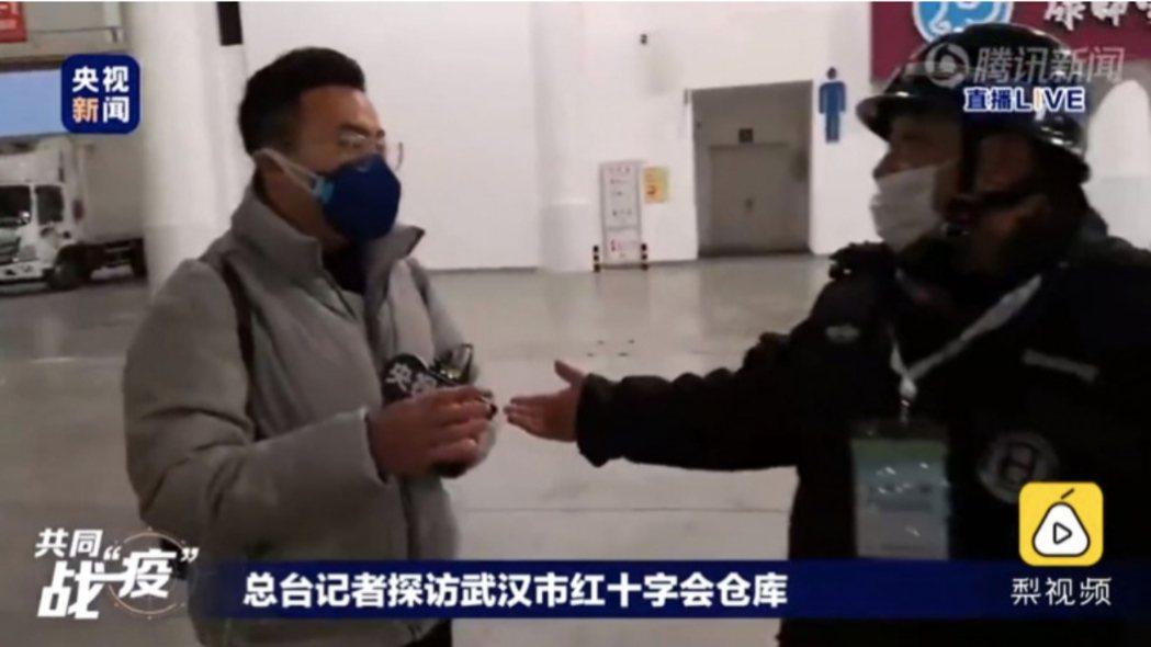 在大陸網友一片質疑聲中,大陸央視記者探訪武漢紅十字會倉庫,卻被強制驅離,直播中斷...