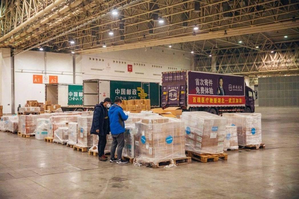 武漢紅十字會的倉庫存放了不少物資,卻稱自己調度「很無力」。 圖/摘自三聯生活周刊