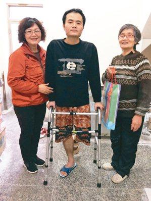 台壽台澎通訊處主任夏秋蓮(左),服務客戶之餘兼行善人間。 台灣人壽/提供