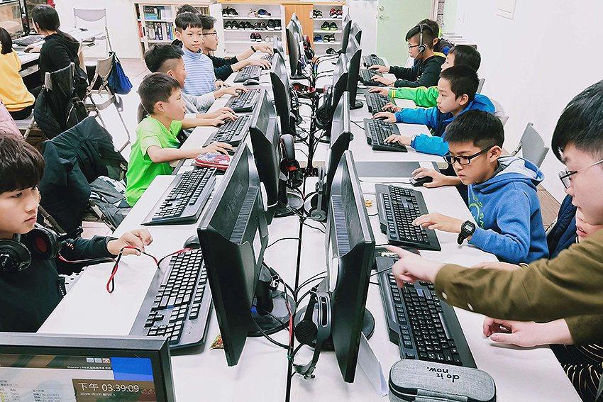 元智大學學生帶著學童設計自己的遊戲程式,不僅體驗開發遊戲的樂趣,過程中也發揮他們...