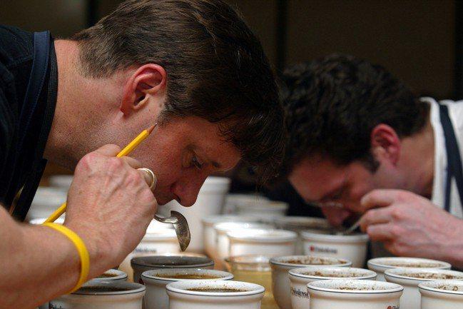 杯測大概是咖啡尋豆師最典型會做的事情,僅次於前往熱帶的異國他鄉出差。 路透