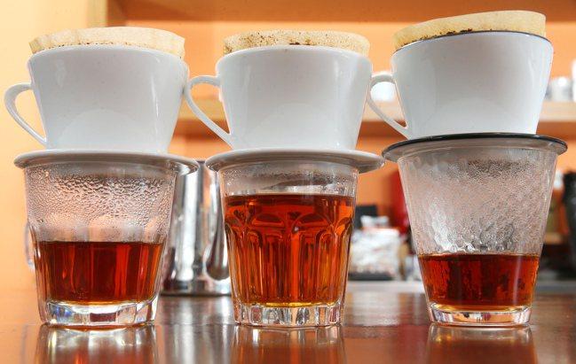 透過玻璃杯觀察咖啡的質地。 聯合報系資料照