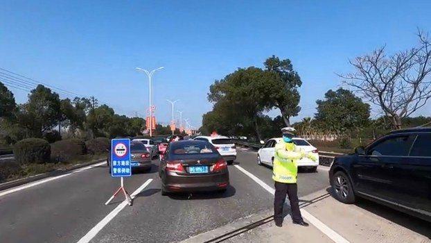 溫州宣布封城,城外高速公路出口處均有檢查站。 圖/翻攝自影片