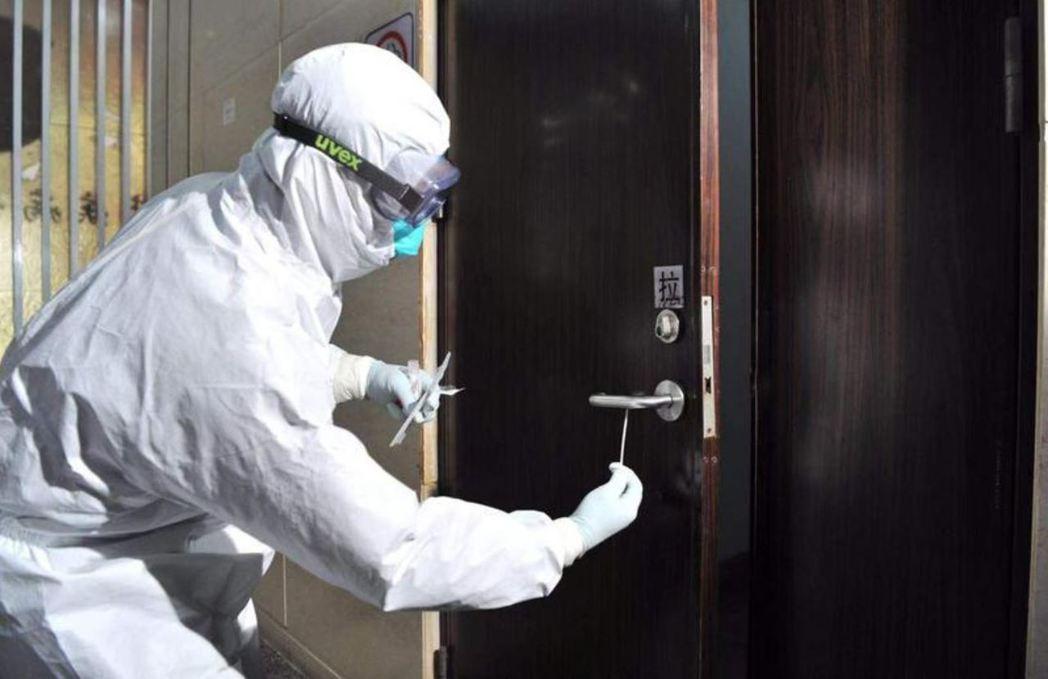 疫控人員演示在門把取樣。 圖/取材自觀察者網