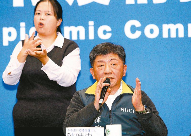 中央流行疫情指揮中心指揮官陳時中(右)上午表示,戴口罩只是戰備的概念,不需要人人戴口罩。 記者杜建重/攝影
