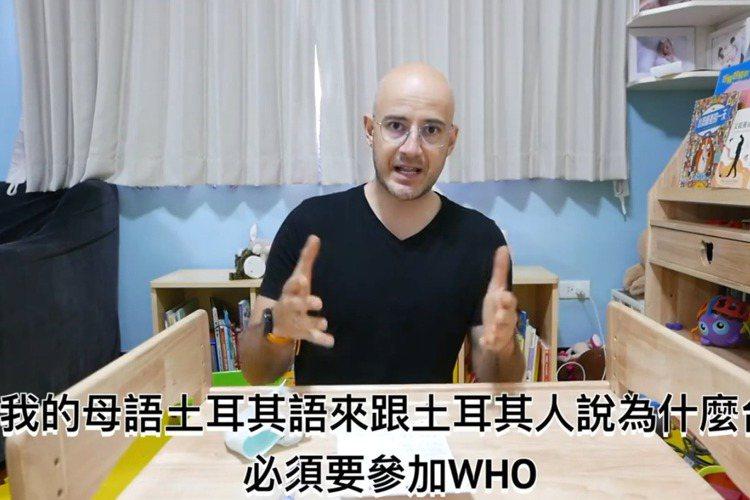 武漢肺炎疫情在持續升溫,吳鳳就透露在土耳其的家人擔心他的狀況,為此他特地拍了一段影片,要向土耳其說明目前台灣的情況,同時也希望土耳其能夠了解支持台灣加入WHO。吳鳳在自己的臉書、Youtube頻道上...