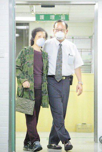 SARS時期,和平醫院抗疫的年輕醫生林重威病危,雙親林亨華夫婦連日台澎兩地奔波,...