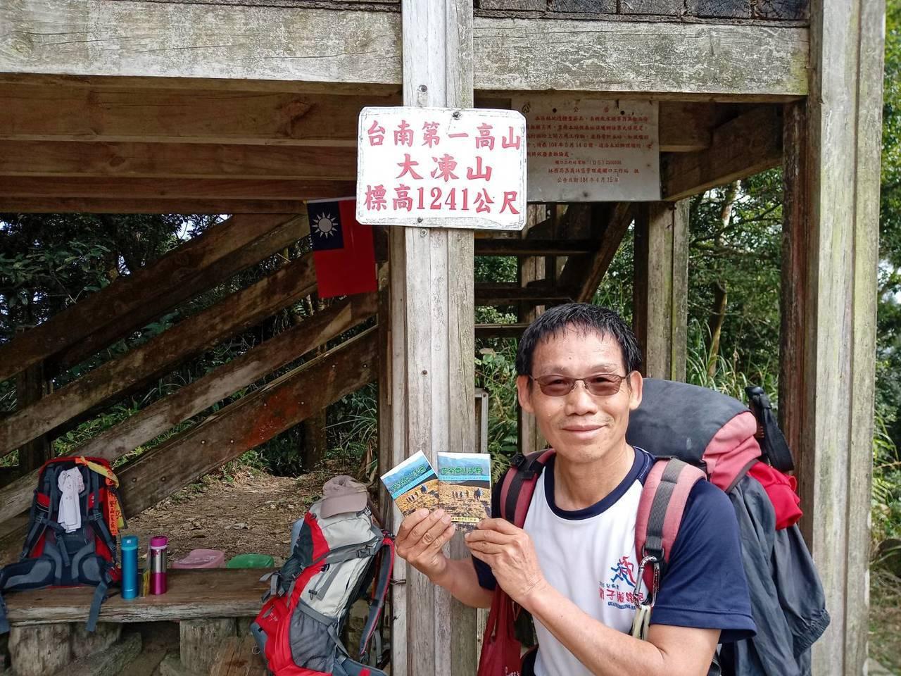 丁博慶自行編撰「安全登山手冊」,7年多來發送上萬冊,傳承登山知識外,更期待每個人...