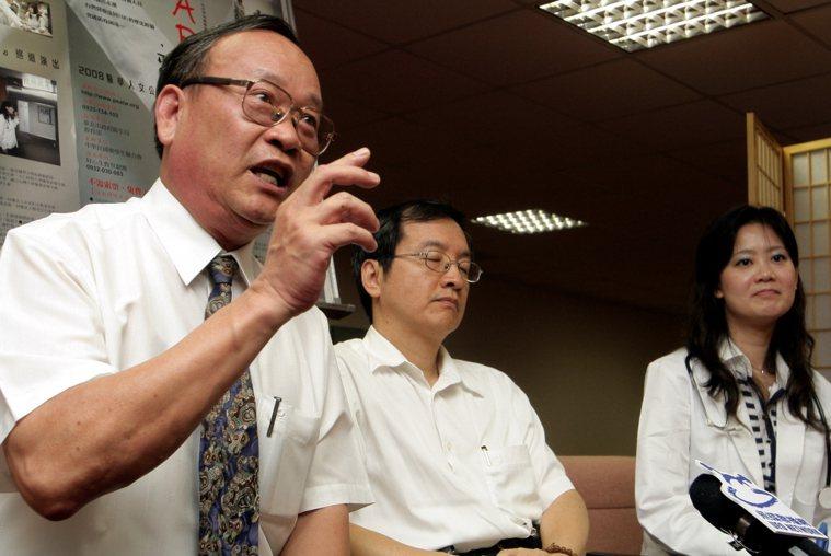 「SARS再見」記者會,邀請抗煞殉職醫生林重威的父親林亨華(左)出席,分享林重威...