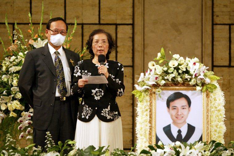 林亨華的兒子是台灣第一位因抗煞殉職的醫師林重威。抗煞前原準備結婚的他,人生原本那...