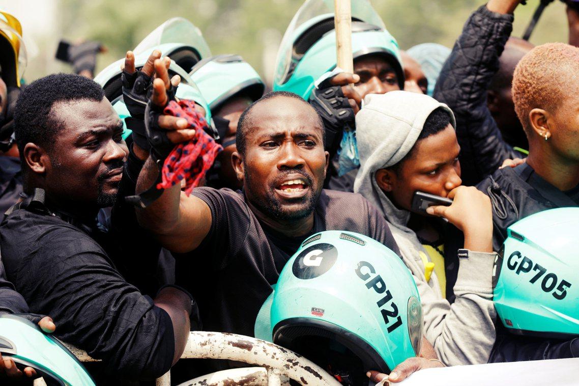 31日,有多名司機在拉哥斯議會外抗議「摩托車禁令」。 圖/路透社