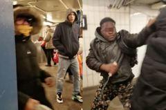 影/亞裔女搭地鐵「戴口罩」被黑人狂毆!網嚇:覆巢之下無完卵