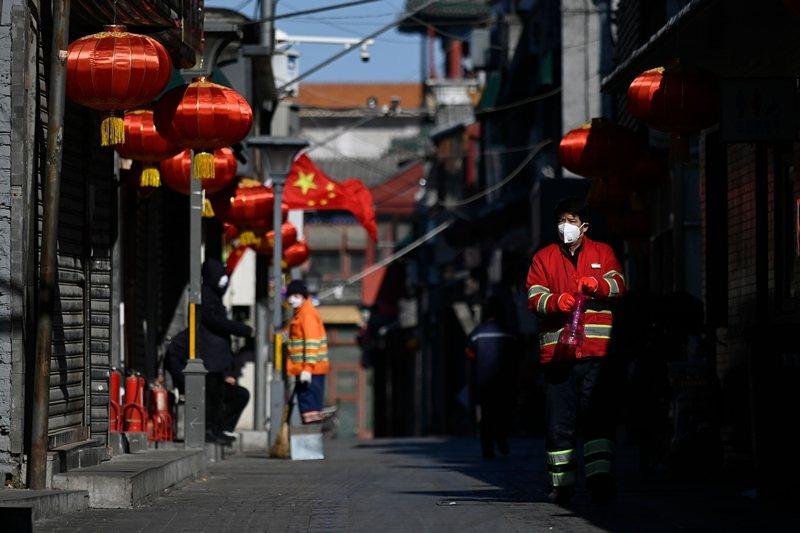 除了病毒發源地湖北省的武漢,北京、上海、廣州、深圳等一線城市都迅速淪為主要「災區」。圖攝於2月4日,北京。 圖/法新社