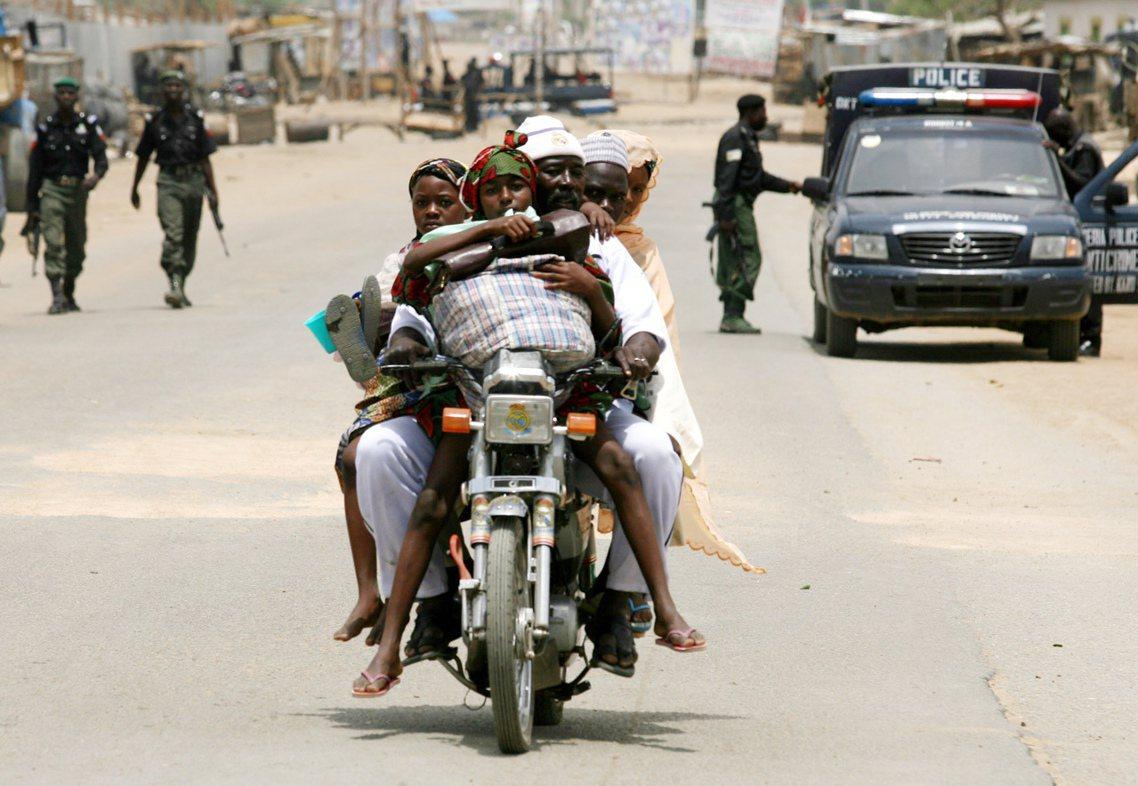「計程摩托車」以機動方便、且相對低廉的優勢,得以避開塞車車流並補足公共運輸能量不...