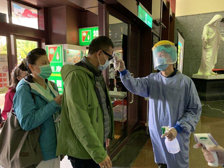 花蓮門諾醫師醫師表示,一般民眾不需時時刻刻戴口罩,落實勤洗手才是最好的自保之道。...