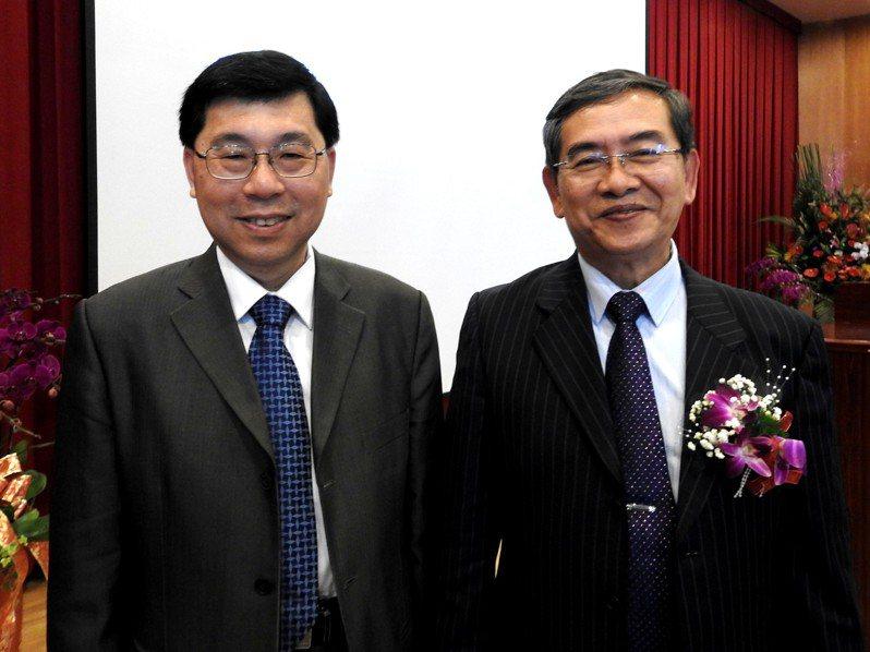 南開科技大學新卸任校長交接典禮,任職6年半的孫台平(右)屆齡退休昨交棒給新任校長許聰鑫(左)。記者賴香珊/攝影