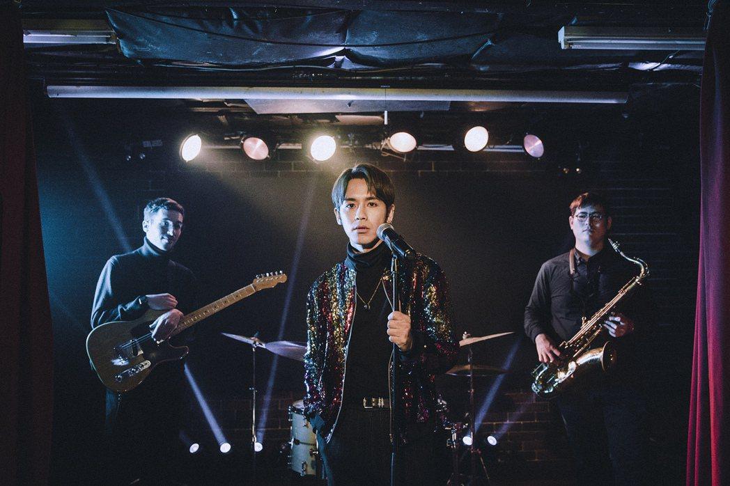 鼓鼓(中)將「老實情人」MV打造成復古氛圍。圖/相信提供