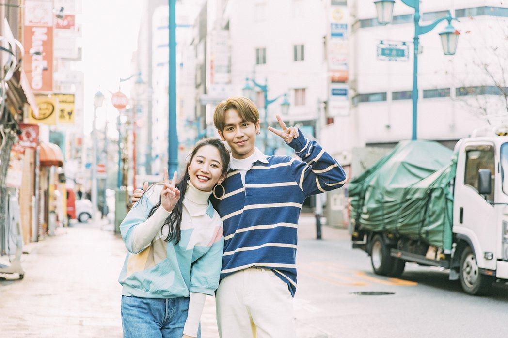 鼓鼓(右)飛往日本拍攝MV,和女主角有不少親密互動。圖/相信提供