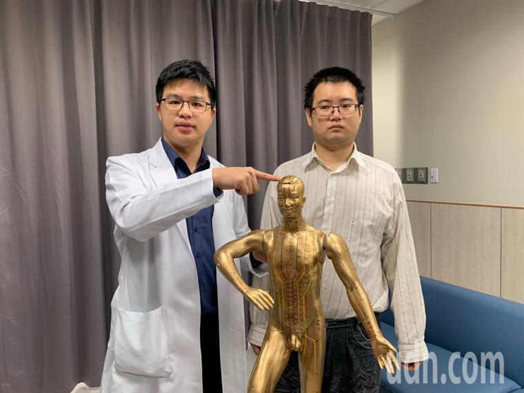 中醫科醫師黃詩偉(左)指出,粘姓病患(右)搭配中醫的頭皮針針灸,針對百會、四神聰...