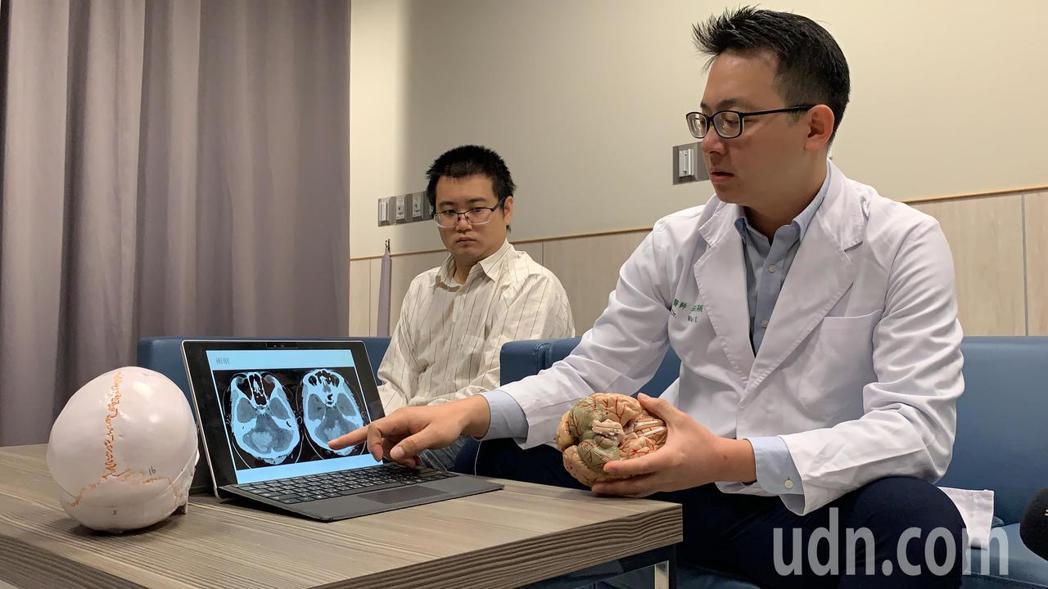 神經外科醫師巫智穎表示(右),到院時粘姓男子意識不清,且血壓過高,經電腦斷層確診...