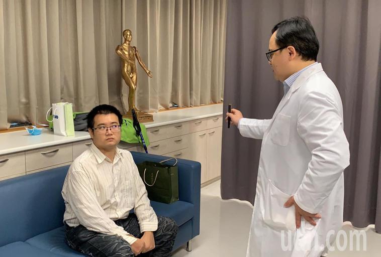 復健科醫師何宇淳表示,粘姓病患因還有肢體活動的動作障礙,目前進行平衡協調及眩暈復...