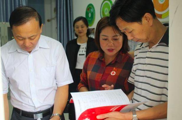 因為疫情期間接收和分配捐贈款物工作不當,湖北省紅十字會副會長張欽(右)被免職,同時記一大過。(每日頭條)