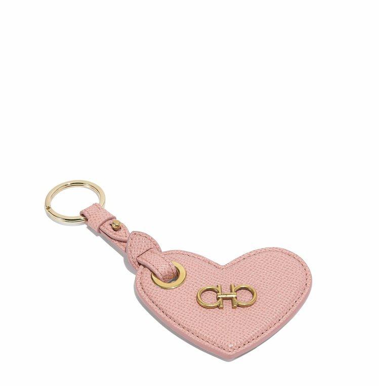 粉色牛皮愛心鑰匙圈,8,200元。圖/Salvatore Ferragamo提供
