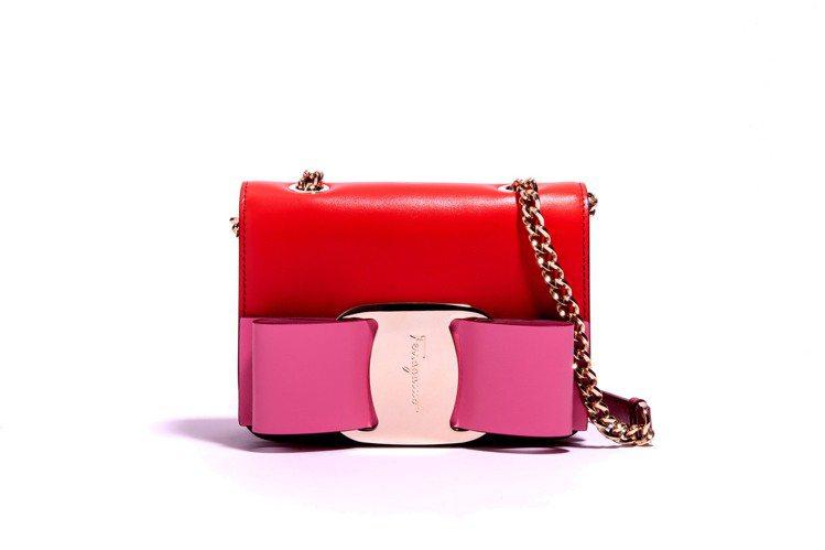VARA紅色與粉色牛皮蝴蝶結包,43,900元。圖/Salvatore Ferr...