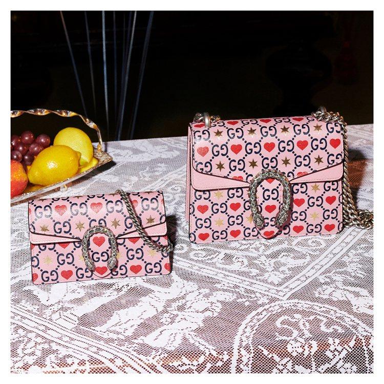 Gucci用「草莓巧克力粉」搭配愛心圖騰與金色六芒星結合雙G標誌的花樣,打造情人...