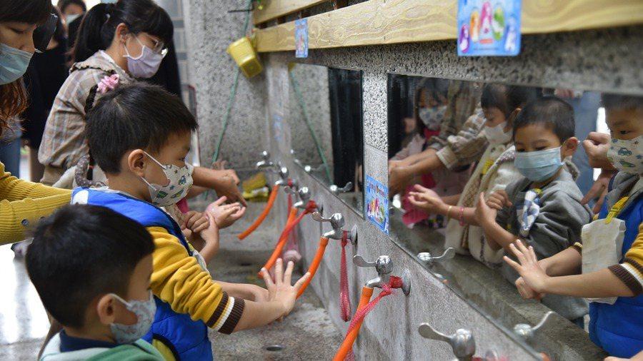 教育部表示,將配645萬片口罩給學校,教職員生每人一片。但只給校內出現發燒、咳嗽...