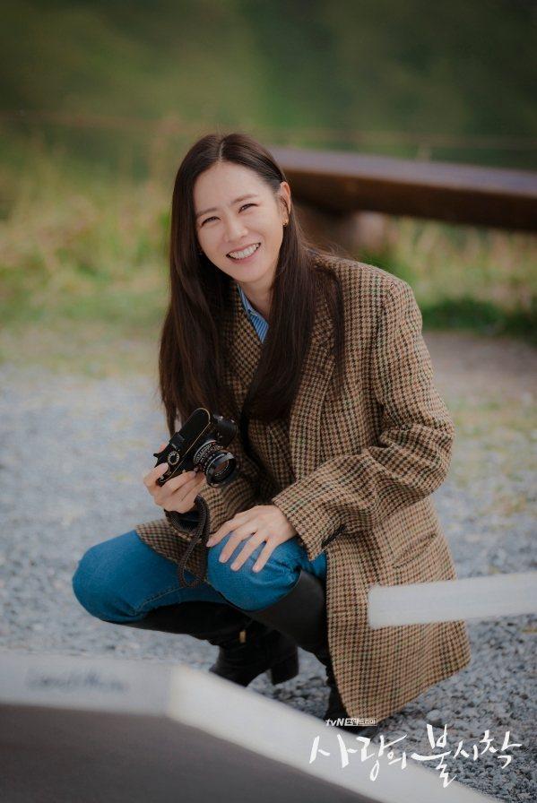 孫藝真穿威爾斯格紋雙排釦外套,售價95,000元。圖/取自tvN官方IG