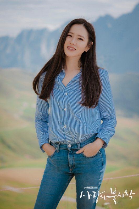 孫藝真選穿CELINE藍白條紋棉質襯衫20,500元。圖/取自tvN官方IG