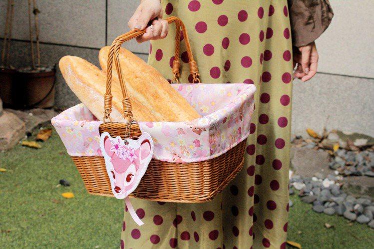 櫻花季野餐籃(小鹿斑比款)售價699元。圖/邁思娛樂提供