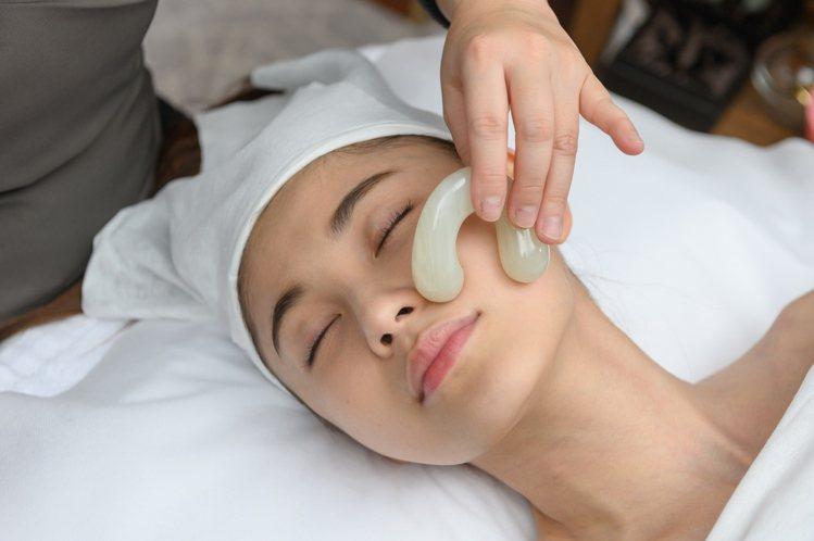 雪花秀運用100%天然白玉的拉提玉指枕,按摩臉部穴位。圖/雪花秀提供