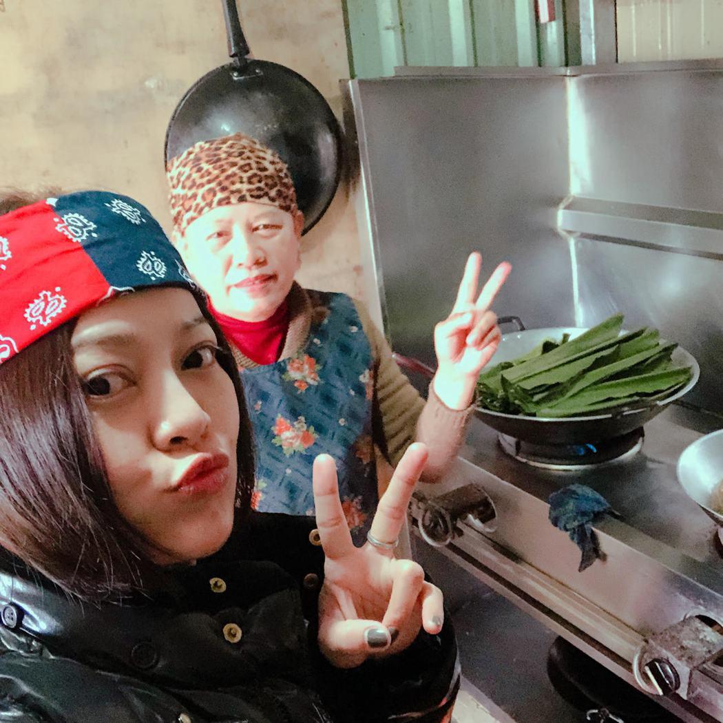 戴愛玲過年返鄉樂當「公主」,媽媽(右)煮傳家菜、原住民傳統料理補身。圖/媒體棧提...
