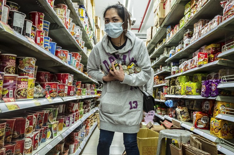 澳門人4日戴口罩在超市採購物品。(歐新社)