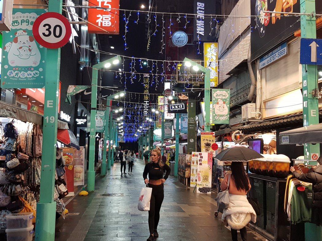 下雨的西門町仍有觀光客。聯合報系記者翁浩然/攝影