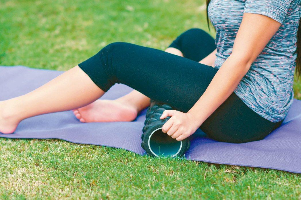 滾筒等按摩小物可以達到肌肉放鬆效果。 圖╱123RF