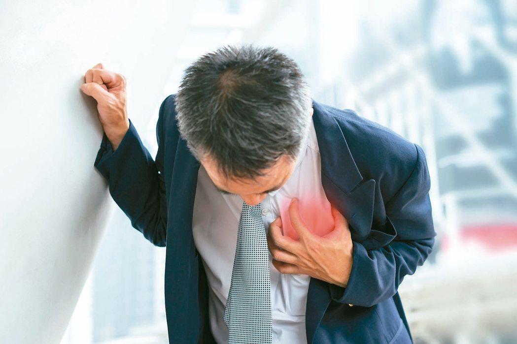 一般人以為「火燒心」是胃部問題,但可能是心臟血管問題,要防心肌梗塞。 圖╱123...