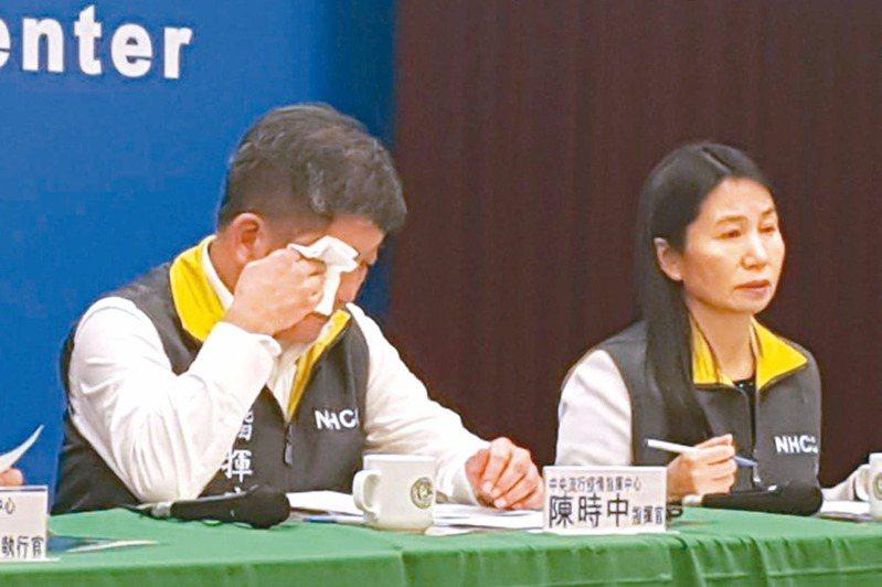 首批武漢台胞前晚搭機返鄉,指揮中心指揮官陳時中(左)徹夜未睡,昨一連主持三次記者會,哽咽說「團隊真的很辛苦」。聯合報記者楊雅棠/攝影