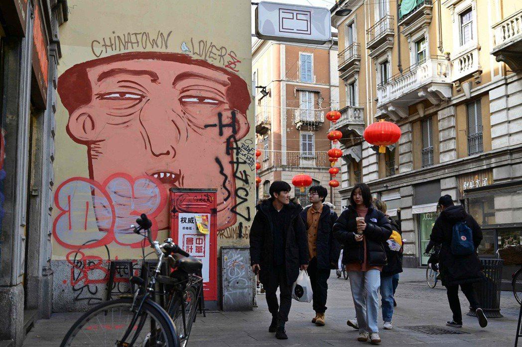 義大利米蘭中國城街頭一幅壁畫,描繪所謂中國人的面孔。 (法新社)