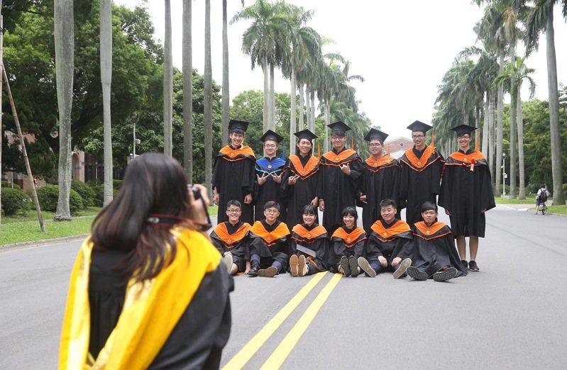 圖為台大碩士畢業生在校園內拍畢業紀念照。記者余承翰/攝影