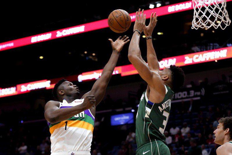 安戴托昆波(右)對決NBA選秀會狀元威廉森(左),「希臘怪物」取得完全勝利。 路透