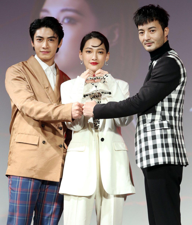 「墜愛」演員宋柏緯(左起)、林映唯及古斌出席宣傳記者會。記者侯永全/攝影
