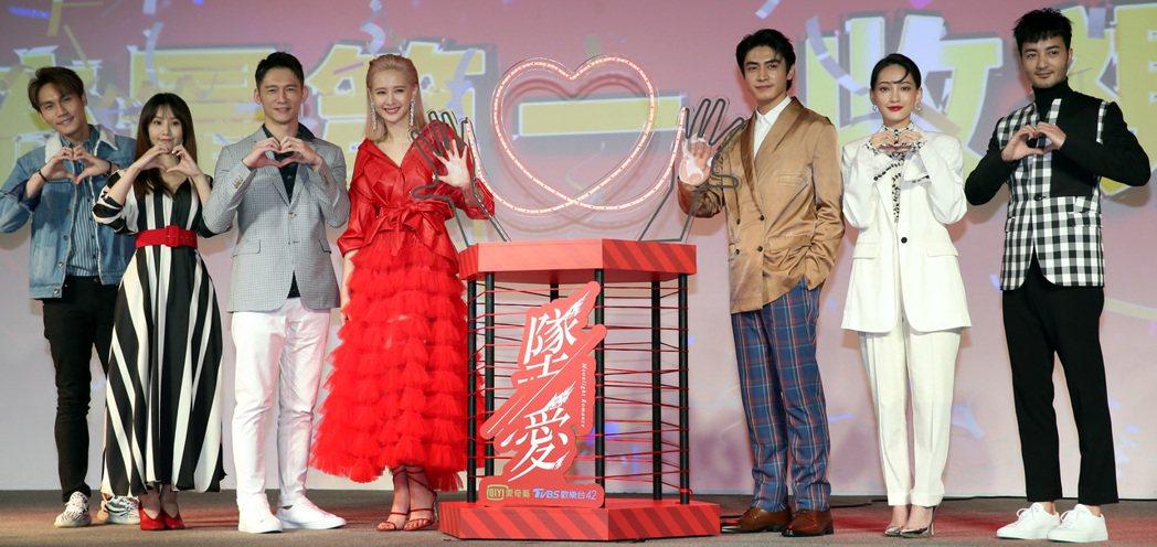 「墜愛」演員周定緯(左起)、程茉、溫昇豪、安心亞、宋柏緯、林映唯及古斌出席宣傳記...